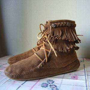 Minnetonka Two Layer Fringe Ankle Boot Tan Lace 6M